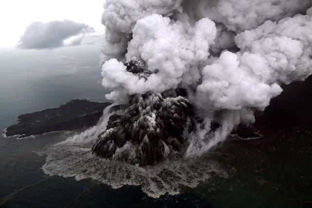 Anak Krakatau: Vuelos redirigidos por alerta de volcán levantada