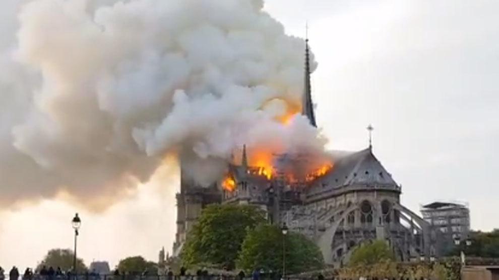 La catedral de Notre Dame de París se incendia