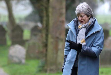 La primera ministra británica, Theresa May, sale de una iglesia cerca de High Wycombe, en Inglaterra.