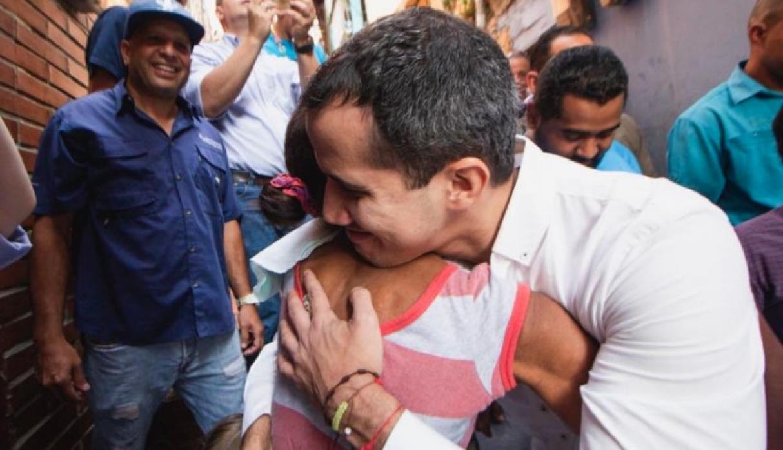 Guaidó distribuye ayuda humanitaria en el peligroso barrio de Caracas/ FOTO: Twitter - @osmarycnn