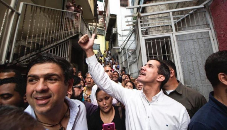 De acuerdo con el jefe de la comisión parlamentaria para la ayuda humanitaria, Miguel Pizarro, el presidente (e) supervisó la entrega de pastillas potabilizadoras de agua para unos 3.500 litros/ FOTO: Twitter - @victoramaya