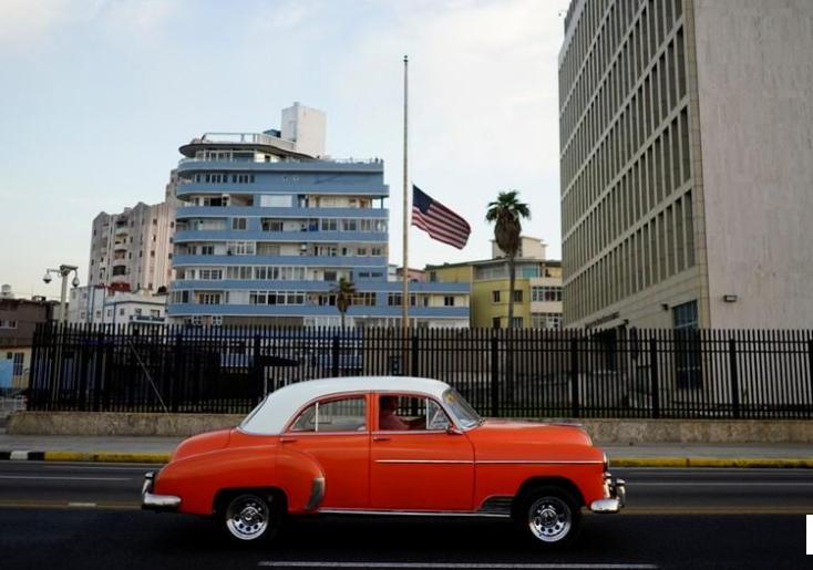 Un auto antiguo pasa frente a la embajada de EEUU en La Habana, Cuba, 19 de abril, 2018/ FOTO: REUTERS/Alexandre Meneghini