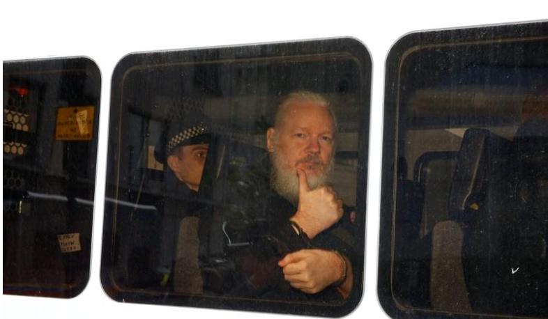 El fundador de WikiLeaks, Julian Assange, en una camioneta de la policía después de que fue arrestado, frente a la embajada ecuatoriana en Londres, Gran Bretaña. 11 de abril de 2019