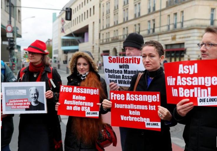 Seguidores del fundador de WikiLeaks Julian Assange protestan contra su arresto cerca de la embajada británica en Berlín, Alemania. 12 abril 2019/ FOTO: REUTERS/Fabrizio Bensch