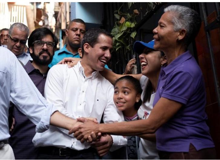 El líder opositor y presidente del parlamento de Venezuela, Juan Guaidó, saluda a sus partidarios durante una visita a Petare en Caracas, Venezuela. 12 de abril de 2019/ FOTO: REUTERS/Carlos Garcia Rawlins.