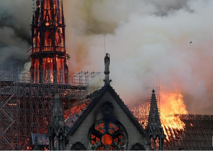 La catedral de Notre Dame de París se incendia. 15 de abril de 2019/ FOTO: REUTERS/Benoit Tessier