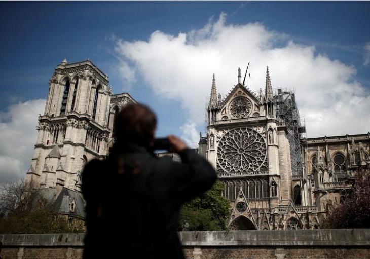 Un hombre toma fotografías de la catedral de Notre Dame dos días después de un devastador incendio que arrastró partes de la estructura de estilo gótico. Abril 17, 2019/ FOTO: REUTERS/Benoit Tessier