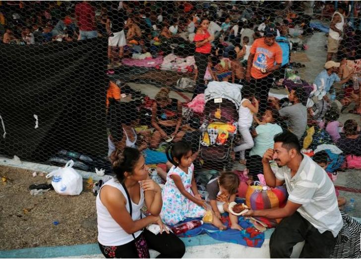 Una familia hondureña come en un refugio improvisado en Huixtla, en México, en su camino a Estados Unidos. 16 de abril de 2019/ FOTO: REUTERS/José Cabezas
