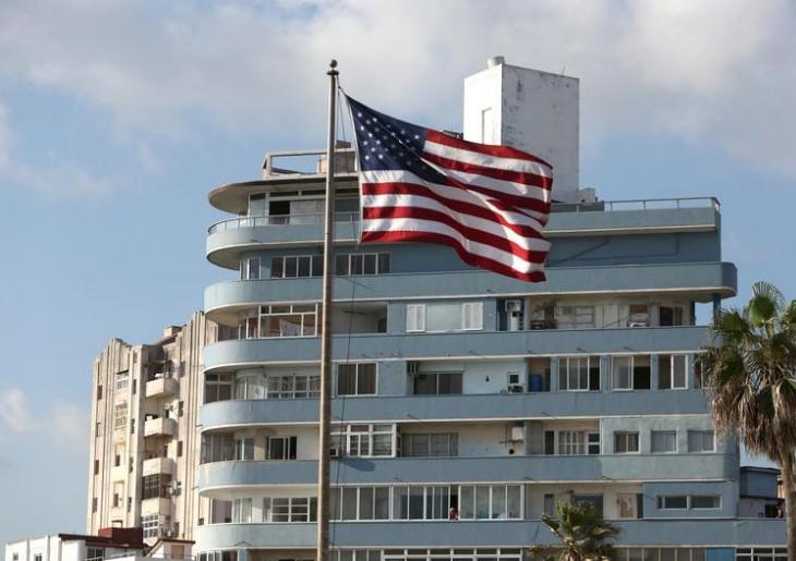 La bandera de Estados Unidos flamea frente a un edificio de departamentos a las afueras de la embajada estadounidense en La Habana, Cuba, Abril 17, 2019/ FOTO: REUTERS/Fernando Medina