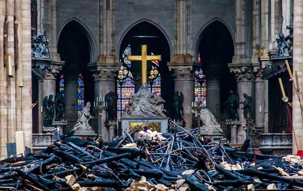 Vista del interior de la catedral de Notre Dame después del incendio registrado este lunes en París/ FOTO: eldiario.es