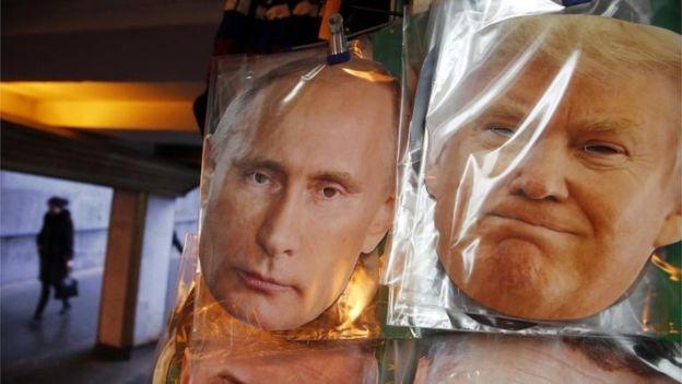 El 23 de diciembre de 2016, máscaras que representan al presidente ruso Vladimir Putin y al presidente electo de los EE. UU. Donald Trump se venden en una tienda de souvenirs de una calle en San Petersburgo, Rusia.
