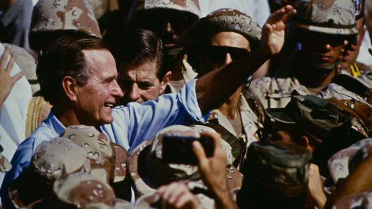 Bush celebra el Día de Acción de Gracias con los marines en Arabia Saudita durante la Guerra del Golfo, el 22 de noviembre de 1990.