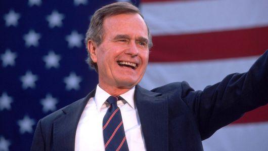 George Bush saluda a los partidarios el 5 de noviembre de 1988, tres días antes de ser elegido para la Casa Blanca.