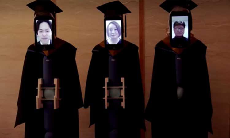 Graduación con robots avatar se lleva a cabo por el coronavirus