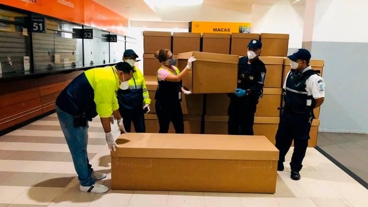 El terminal terrestre de Guayaquil sirve como depósito para los Ataúdes de cartón con los que el gobierno pretende subsanar la situación de muertos en las calles.