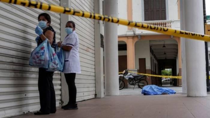 La alcaldesa de Guayaquil reclamó al gobierno nacional la severa tardanza de las instituciones sanitarias al recoger los cadáveres en las calles de Ecuador de personas que han muerto en sus casas y que sus familiares han tenido que sacar a las aceras para evitar más contagios.