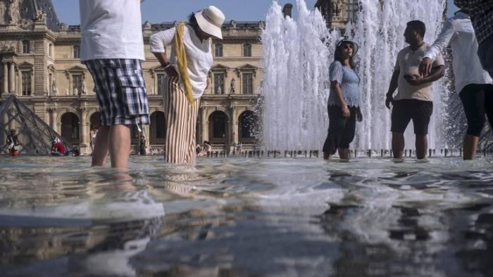 El año pasado una ola de calor mató cerca de 1500 personas en Francia, la gente se metía en las fuentes de agua de la ciudad de París, hoy existe una Contaminación de Coronavirus en Agua de esa.