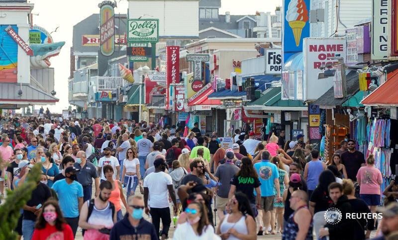 Estadounidenses caminan por el paseo marítimo de Ocean City, Maryland muchos de ellos sin protección pesé a que su país ya alcanza la cifra de 1.69 millones de infectados y casi 100 muertes por coronavirus