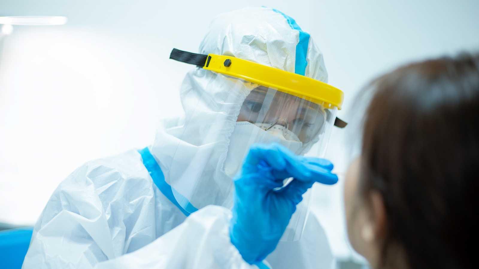 La infección se realizará rociando el virus por la nariz