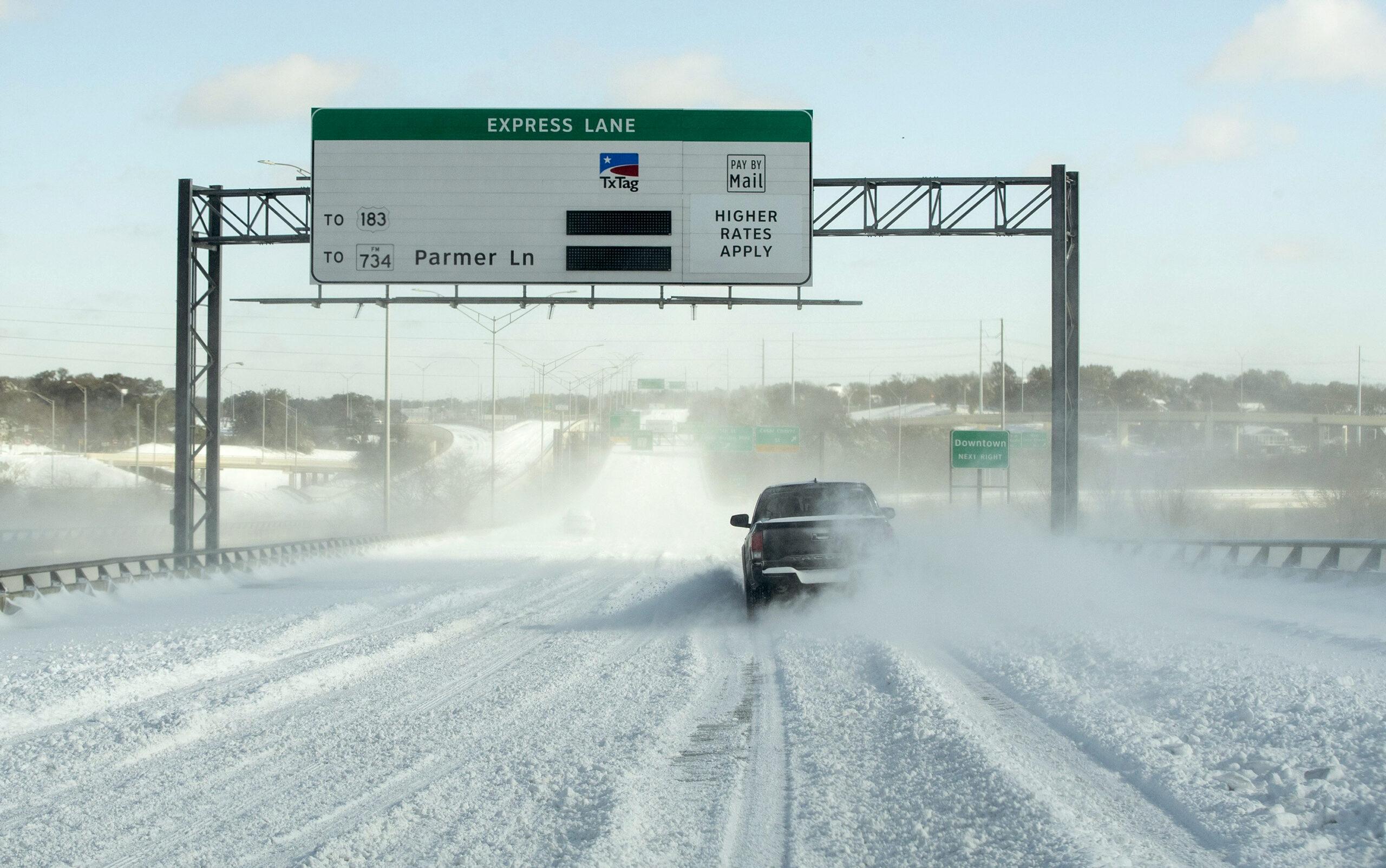 Carreteras cubiertas de hielo debido a la tormenta invernal en Estados Unidos