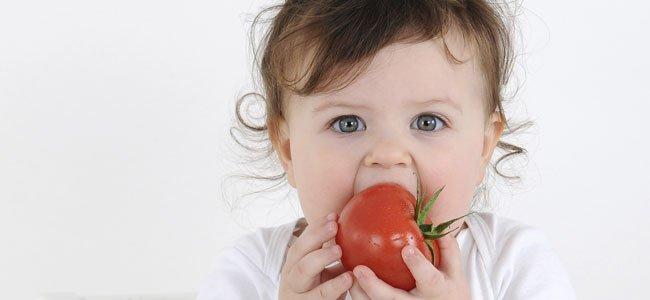 bebe comiendo tomate