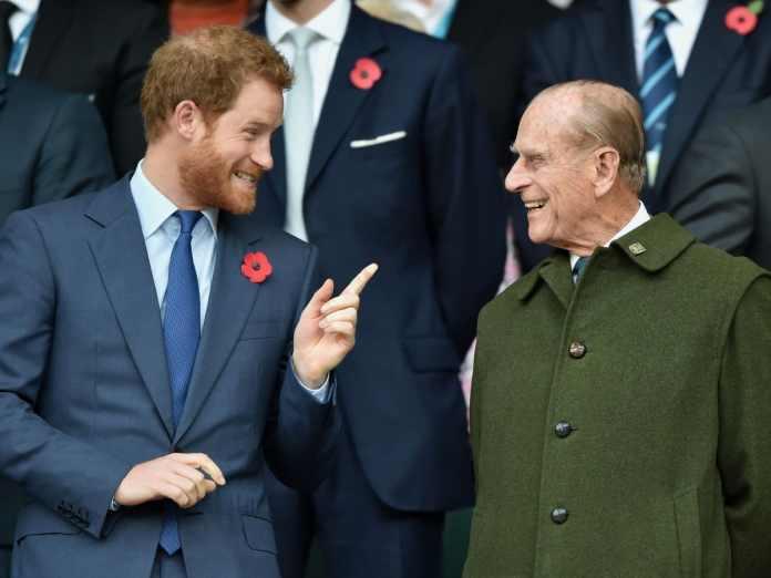 Principe Harry en compañia del duque de Edimburgo