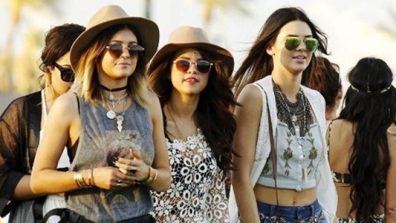 Selena en comoañia de las hermanas jenner